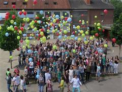 An der Schermbecker Gesamtschule in Wesel stiegen Luftballons in die Luft